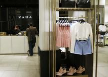 Magasin Zara dans le centre de Madrid. Les ventes d'Inditex, la maison mère de l'enseigne de prêt-à-porter Zara, ont rebondi au cours des premières semaines de son exercice 2014, un bon signe après une année marquée par une quasi-stagnation du bénéfice net, en raison notamment d'effets de change défavorables. /Photo prise le 18 mars 2014/REUTERS/Andrea Comas