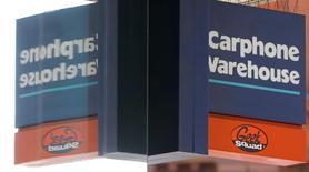 Dixons Retail, deuxième distributeur européen de matériel électronique et d'électroménager, et Carphone Warehouse, leader européen de la distribution indépendante de mobiles, ont obtenu lundi un délai supplémentaire de huit semaines pour poursuivre leurs négociations en vue d'une éventuelle fusion. /Photo prise le 30 avril 2013/REUTERS/Andrew Winning