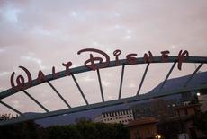 Le groupe Walt Disney a annoncé lundi l'achat pour 500 millions de dollars au moins de Studios Maker, un des principaux fournisseurs de vidéo sur YouTube, se positionnant ainsi sur un secteur très porteur auprès des adolescents et des jeunes adultes. /Photo prise le 18 décembre 2013/REUTERS/Eric Thayer