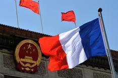 Devant le Palais de l'Assemblée du peuple, à Pékin, lors de la visite de François Hollande en avril 2013. La France doit miser sur ses PME et développer des offres franco-chinoises pour devenir un véritable partenaire économique de la seconde économie mondiale, estiment des analystes alors que le président chinois Xi Jinping entame mardi à Lyon une visite officielle.   /Photo d'archives/REUTERS/Mark Ralston/Pool