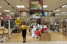 L'inflation mesurée par les prix à la consommation est tombée en février en Grande-Bretagne à un plus bas de plus de quatre ans (1,7%), s'enfonçant encore un peu plus sous l'objectif de la Banque d'Angleterre et facilitant ainsi la vie des consommateurs. /Photo d'archives/REUTERS/Suzanne Plunkett