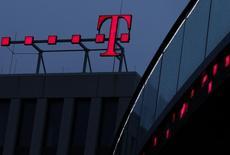 Deutsche Telekom prévoit la suppression de 2.000 à 2.500 postes dans les implantations à l'étranger de sa filiale de services informatiques T-Systems, en plus des 4.900 déjà annoncées en Allemagne, rapporte le magazine allemand Focus. T-Systems, qui emploie 53.000 personnes dont plus de 29.000 en Allemagne, est en plein repositionnement sur les services informatiques hébergés (cloud computing). /Photo d'archives/REUTERS/Ina Fassbender