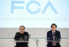 L'administrateur délégué de Fiat Chrysler Automobiles (FCA) Sergio Marchionne (à gauche) et le président du groupe John Elkann, lundi à Turin. Le groupe attend de nombreuses retombées positives de l'intégration totale de sa filiale américaine Chrysler, qui ouvre de nouvelles opportunités au septième constructeur automobile mondial sur le plan international. /Photo prise le 31 mars 2014/REUTERS/Giorgio Perottino BUSINESS) - RTR3JCK8