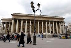 Les valeurs vedettes affichent pour la plupart une solide hausse à la mi-séance mardi à la Bourse de Paris, où l'indice CAC 40 progresse de 0,79% à 4.426,29 points à 13h20, les marchés ayant été rassurés par la présidente de la Fed, Janet Yellen, qui a une nouvelle fois défendu la nécessité de maintenir une politique monétaire accommodante pour soutenir l'économie. /Photo d'archives/REUTERS/Charles Platiau