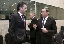 Le président de l'Eurogroupe Jeroen Dijsselbloem (à gauche) et le président de la Banque centrale européenne Mario Draghi à Athènes. Les institutions de la troïka (Fonds monétaire international, CE, BCE)  ont assuré que le financement de la Grèce était complétement bouclé pour les douze prochains mois. /Photo prise le 1er avril 2014/REUTERS/Yorgos Karahalis