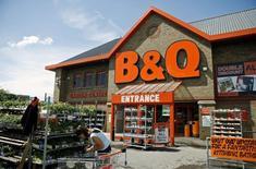 Un magasin B&Q, une enseigne du groupe Kingfisher. Mr Bricolage et le britannique Kingfisher ont ouvert des négociations exclusives en vue d'un rachat du groupe français sur la base d'une valeur d'entreprise de 275 millions d'euros. /Photo d'archives/REUTERS/Alessia Pierdomenico