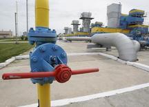 Un site de stockage de gaz près de Kiev. La Russie a encore augmenté le tarif du gaz vendu à l'Ukraine, porté à 485 dollars pour 1.000 mètres cubes, et a exhorté jeudi son voisin à s'acquitter de 2,2 milliards de dollars (1,6 milliard d'euros) d'impayés. Le monopole russe Gazprom avait déjà annoncé mardi une hausse de 44% du prix du gaz vendu à l'Ukraine, alors porté à 385,5 dollars. /Photo d'archives/REUTERS/Gleb Garanich