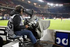 Canal+s'est assuré vendredi de rester le premier diffuseur de la Ligue 1 de football de 2016 à 2020 en remportant les deux premiers lots de l'appel d'offres lancé par la Ligue de football professionnel (LFP), face à son grand rival beIN Sports. . L'ensemble des lots a été attribué, pour la Ligue 1 et la Ligue 2, pour un montant total de 748,5 millions d'euros par saison, contre 607 millions d'euros actuellemen. /Photo d'archives/REUTERS/Charles Platiau