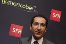 Patrick Drahi, le fondateur de Numericable qui s'envole de plus de 14% et se hisse en tête des hausses de l'indice SBF 120 à mi-séance à la Bourse de Paris lundi après avoir été retenu par Vivendi (+1,46%) pour reprendre ses activités  télécoms (SFR). Dans le même temps, l'indice CAC 40 recule de 0,74%. /Photo prise le 7 avril 2014/REUTERS/Philippe Wojazer