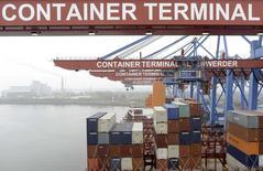 Terminal portuaire de Hambourg. L'excédent commercial de l'Allemagne est revenu à 15,7 milliards d'euros en février, contre 17,3 milliards en janvier (chiffre révisé) et un consensus de 17,8 milliards. Les exportations de la première puissance économique européenne ont baissé nettement plus que prévu en février tandis que les importations ont augmenté à un rythme supérieur aux attentes. /Photo d'archives/REUTERS/Fabian Bimmer