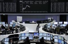 Les Bourses européennes progressaient mercredi à la mi-séance après deux séances de baisse, tirées vers le haut par des perspectives de croissance dans le secteur automobile. Vers 12h00, le CAC 40 prenait 0,53% à Paris, le Dax progressait de 0,44% à Francfort et le FTSE gagnait 0,76% à Londres. /Photo prise le 9 avril 2014/REUTERS/Remote