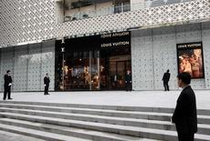 La croissance de Louis Vuitton, principal centre de profit de LVMH, a été portée au premier trimestre par une envolée de ses ventes au Japon et un net rebond en Chine, avec une hausse de 9% au lieu de 5% à 6% attendue. /Photo d'archives/REUTERS/Aly Song