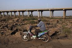 Dans le lit d'une rivière asséchée à Bamako, au Mali. Le rapport sur le réchauffement climatique que doit publier dimanche le Groupe d'experts intergouvernemental sur l'évolution du climat (Giec), un organisme dépendant de l'Onu, risque de décevoir ceux qui attendent une évaluation précise des coûts et bénéfices d'une réduction des émissions de gaz à effet de serre. /Photo prise le 26 février 2014/REUTERS/Joe Penney