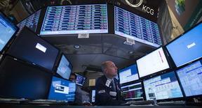 La baisse des valeurs technologiques et biotechnologiques observée depuis le début du mois à Wall Street pourrait rendre les investisseurs plus sensibles aux publications de résultats, dont le rythme va augmenter au fil des jours cette semaine. /Photo prise le 10 avril 2014/REUTERS/Brendan McDermid