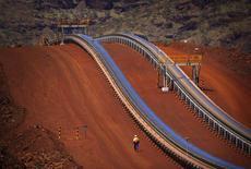 La miine de minerai de fer de Rio Tinto de Fortescue Solomon, dans l'ouest de l'Australie. Le géant minier a vu ses livraisons de minerai de fer chuter de 8% au premier trimestre en raison de conditions météorologiques défavorables en Australie et au Canada mais il assure être en bonne voie pour atteindre son objectif annuel. /Photo d'archives/REUTERS/David Gray