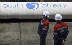 Рабочие у труб ОМК в Выксе 15 апреля 2014 года. Турция подумает о прохождении газопровода Южный поток по ее территории, если Россия попросит об этом, сказал в среду министр энергетики Турции Танер Йылдыз. REUTERS/Sergei Karpukhin