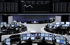 Les principales bourses européennes étaient orientées à la hausse mercredi à la mi-séance, toujours soutenues par la publication de chiffres meilleurs que prévus de la croissance chinoise au premier trimestre. Vers 10h00 GMT, le CAC 40 gagnait 0,86%), le Dax à Francfort prenait 0,76% et le FTSE à Londres 0,28%. /Photo prise le 16 avril 2014/REUTERS/