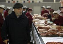 Мужчина на рынке в Москве 13 октября 2008 года. Инфляция в РФ с 8 по 14 апреля составила 0,2 процента, сохранив динамику роста предыдущих девяти недель, сообщил Росстат. REUTERS/Denis Sinyakov