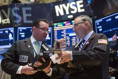 La Bourse de New York a fini en hausse de 1,00% mercredi, le Dow Jones gagnant 162,29 points à 16.424,85, des chiffres susceptibles de varier encore légèrement. /Photo prise le 16 avril 2014/REUTERS/Lucas Jackson