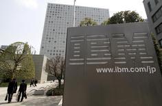 International Business Machines (IBM) annonce mercredi un chiffre d'affaires au premier trimestre inférieur aux attentes. Les bonnes performances de la division services pour logiciels du géant informatique n'ont pas compensé des faiblesses de ses divisions serveurs et stockage de données. /Photo d'archives/REUTERS/Toru Hanai