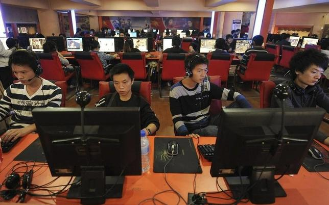 People use computers at an Internet cafe in Hefei, Anhui province September 26, 2010. REUTERS/Stringer/Files