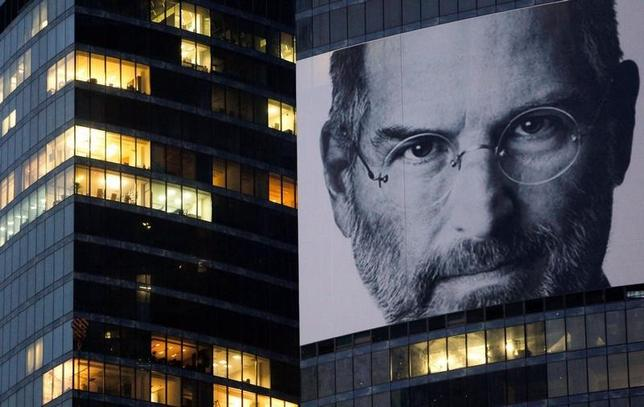 A portrait of Apple co-founder and former CEO Steve Jobs is placed on the Federation Tower skyscraper in Moscow's new business district, October 19 2011. REUTERS/Denis Sinyakov/Files