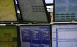 Сотрудник трейдинговой компании в Токио 27 января 2014 года. Десятки китайских компаний отказались от планов выйти на биржи материкового Китая в этом году, так как руководители эмитентов, банкиры и инвесторы встревожены дополнительной проверкой, затеянной регулятором. REUTERS/Toru Hanai