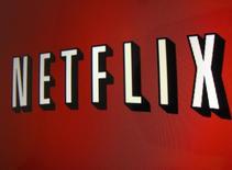 Netflix, la plate-forme américaine de vidéo en ligne par abonnement, a fait état de résultats trimestriels supérieurs aux attentes tout en dévoilant son intention d'augmenter de un ou deux dollars par mois les prix facturés à ses nouveaux clients. /Photo d'archives/REUTERS/Mike Blake