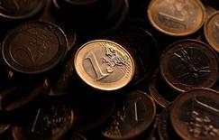 Plus l'euro est fort, plus une politique monétaire accommodante est justifiée, déclare Benoît Coeuré, membre du directoire de la Banque centrale européenne, en soulignant que la BCE a plusieurs instruments pour assouplir cette politique si besoin. /Photo d'archives/REUTERS/Tony Gentile