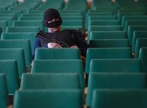 Вооруженный телохранитель самопровозглашенного мэра Славянска Вячеслава Пономарева на пресс-конференции в городской администрации 20 апреля 2014 года. Пророссийские сепаратисты в Восточной Украине во вторник сказали, что задержали в Славянске американского журналиста, а новостной сайт Vice News сообщил, что старается обеспечить безопасность своего репортера Саймона Островского. REUTERS/Gleb Garanich