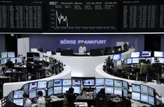 Помещение Франкфуртской фондовой биржи 23 апреля 2014 года. Европейские фондовые рынки снижаются под давлением французских компаний после выхода отчетов, показавших, что рост экономики Франции отстает от показателя еврозоны в целом. REUTERS/Remote/Stringer