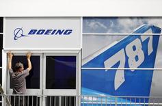 Boeing a annoncé mercredi une hausse de 8% de son chiffre d'affaires trimestriel, à la faveur d'une croissance de ses livraisons d'appareils civils. /Photo d'archives/REUTERS/Luke MacGregor