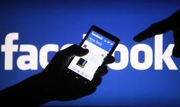 Facebook a dégagé des résultats supérieurs aux attentes au premier trimestre, le premier réseau communautaire mondial ayant notamment tiré parti d'une nouvelle accélération de l'activité de sa division publicitaire pour appareils mobiles. /Photo d'archives/REUTERS/Dado Ruvic