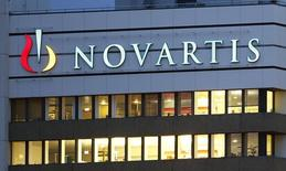 Deux jours après avoir annoncé une refonte radicale de sa structure, le groupe pharmaceutique suisse Novartis a publié un bénéfice supérieur au consensus au premier trimestre, grâce à un bénéfice exceptionnel tiré de la cession de sa filiale de diagnostics des transfusions sanguines. /Photo d'archives/REUTERS/Arnd Wiegmann