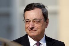La BCE pourrait s'engager dans un programme d'assouplissement quantitatif portant sur une large gamme d'actifs si les perspectives d'inflation dans la zone euro se dégradaient, a déclaré jeudi son président Mario Draghi. /Photo prise le 26 mars 2014/REUTERS/Charles Platiau