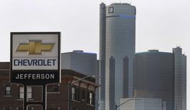 General Motors a dégagé un bénéfice trimestriel en baisse, conséquence d'un important rappel de véhicules affectés par un défaut du système d'allumage lié à 13 décès, mais ses résultats dépassent les attentes de Wall Street grâce à la hausse de ses prix de vente, en Amérique du Nord notamment. /Photo prise le 2 avril 2014/REUTERS/Rebecca Cook