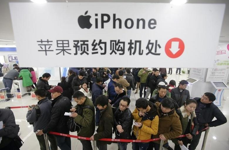 People line up to buy iPhone at a China mobile store in Wuhan, Hubei province, January 17, 2014. REUTERS/Stringer