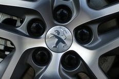 PSA Peugeot Citroën a enregistré un rebond de 7,6% de ses ventes mondiales au premier trimestre grâce à la reprise du marché en Europe et à la vigueur de la demande en Chine, mais la croissance de son chiffre d'affaires a été réduite à 1,9% en raison des effets de change négatifs. /Photo prise le 14 avril 2014/REUTERS/Benoît Tessier
