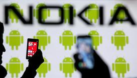 Nokia a annoncé vendredi que la vente de ses activités de téléphones portables à Microsoft était désormais achevée, les deux groupes ayant choisi d'exclure de l'opération deux usines en Inde et en Corée du Sud. /Photo prise le 25 février 2014/REUTERS/Dado Ruvic