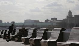 Люди на набережной в Москве 14 марта 2014 года. Выходные в Москве будут разными - после относительно прохладной субботы столицу будет ждать теплое воскресенье, прогнозируют синоптики. REUTERS/Maxim Shemetov