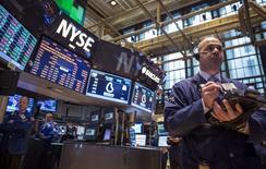 La Bourse de New York a ouvert dans le rouge vendredi, les tensions liées à la situation en Ukraine et les résultats jugés décevants de plusieurs grands groupes, comme Ford ou Amazon, occultant les comptes solides publiés par Microsoft. Quelques minutes après le début des échanges, l'indice Dow Jones perdait 0,35%, le Standard & Poor's 500 reculait de 0,33% et le Nasdaq Composite cédait 0,65%. /Photo d'archives/REUTERS/Brendan McDermid