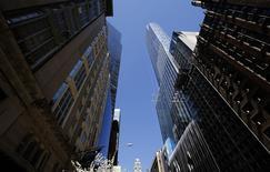 4月25日、米ニューヨーク・マンハッタンでは、不動産の海外投資家として中国人が最大のプレーヤーに浮上している。写真は中国人に人気の超高層マンション「One57」。24日撮影(2014年 ロイター/Mike Segar)