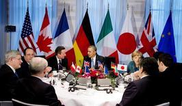 """Лидеры стран """"Большой семёрки"""" на саммите в Гааге 24 марта 2014 года. Лидеры """"Большой семерки"""" договорились ввести дополнительные санкции против России за вмешательство в конфликт на Украине, где вооруженные промосковские сепаратисты задержали группу международных наблюдателей, обвинив их в шпионаже в пользу НАТО. REUTERS/Jerry Lampen/Pool"""