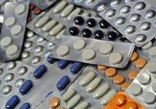 Le fabricant de médicaments génériques suédois Meda a annoncé lundi le rejet d'une offre de rachat améliorée formulée par son homologue américain Mylan, se disant confiant dans sa capacité à rester indépendant. /Photo d'archives/REUTERS/Srdjan Zivulovic