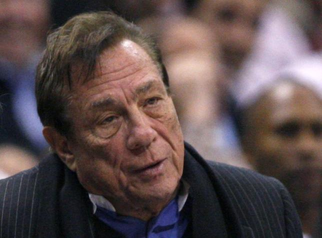 Los Angeles Clippers owner Donald Sterling sits on the sidelines wathcing his team play the New York Knicks in their NBA basketball game in Los Angeles in this February 11, 2009 file photo.   REUTERS/Lucy Nicholson/Files