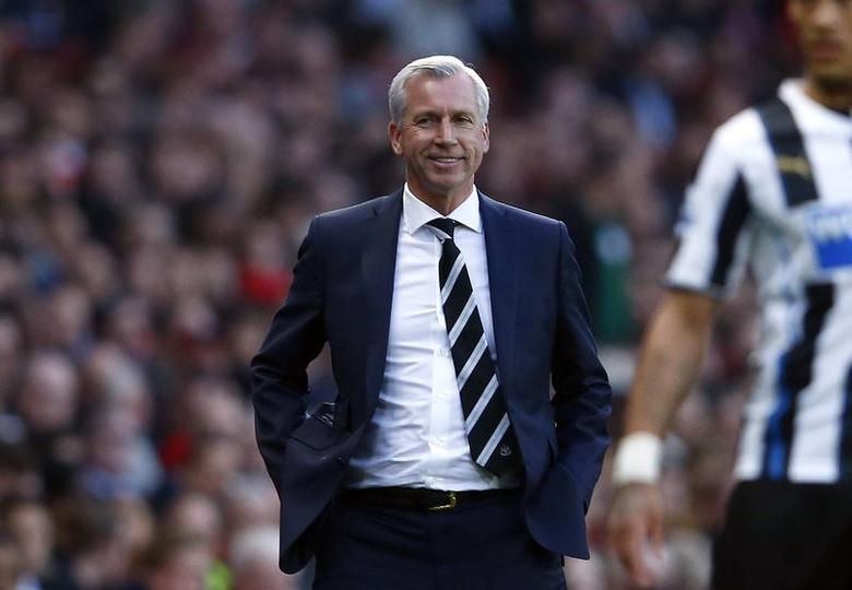 Newcastle United manager Alan Pardew reacts during their English Premier League soccer match against Arsenal at the Emirates stadium in London April 28, 2014.  REUTERS/Eddie Keogh
