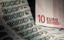 Банкноты российского рубля и евро, Москва, 17 февраля 2014 года. Рубль начал торги вторника укреплением к доллару и бивалютной корзине, продолжая отыгрывать мягкие санкции в отношении РФ, начав подъем еще накануне вечером, когда ожидания жестких мер не оправдались. REUTERS/Maxim Shemetov