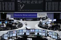 Трейдеры на торгах фондовой биржи во Франкфурте-на-Майне 28 апреля 2014 года. Европейские фондовые рынки растут за счет акций технологических компаний, включая производителя микросхем Infineon и Nokia. REUTERS/Remote/Stringer