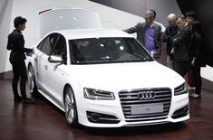 Présentation de la nouvelle Audi S8 au salon automoble de Pékin. Le groupe Volkswagen a annoncé mardi des bénéfices en forte hausse au titre du premier trimestre, à la faveur d'un comparatif favorable mais aussi grâce à des ventes record de ses marques de luxe Audi et Porsche. /Photo prise le 20 avril 2014/REUTERS/Jason Lee