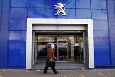 PSA Peugeot Citroën a lancé mardi le deuxième volet de son augmentation de capital de 3 milliards d'euros qui se traduira par l'entrée de l'Etat français et du groupe chinois Dongfeng Motor au tour de table du constructeur automobile en difficulté. /Photo d'archives/REUTERS/Charles Platiau